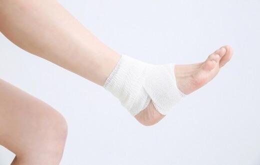 包帯を巻いた足首