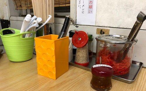 魁龍ラーメンの調味料の画像