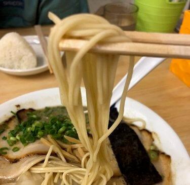 魁龍ラーメンの中細ストレート麺の画像