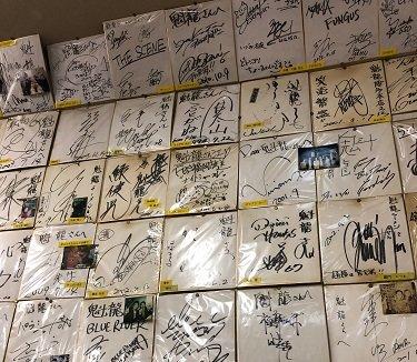 ラーメン「魁龍」博多本店の店内の色紙の画像