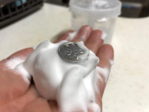 洗顔泡立て器「ほいっぷるん」で出来た泡に1円玉を載せた画像