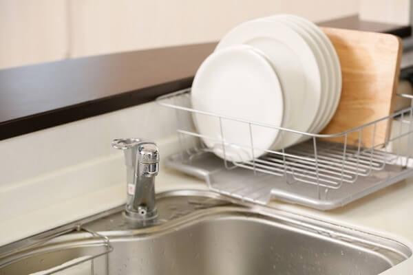 水切り棚にある洗い終わった食器の画像