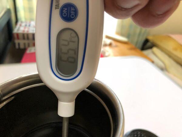 65.4℃を指した温度計の画像