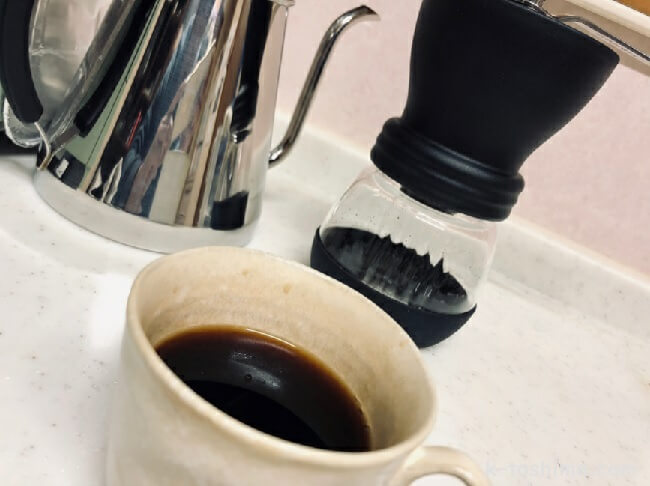 コーヒーと手挽きミルの画像