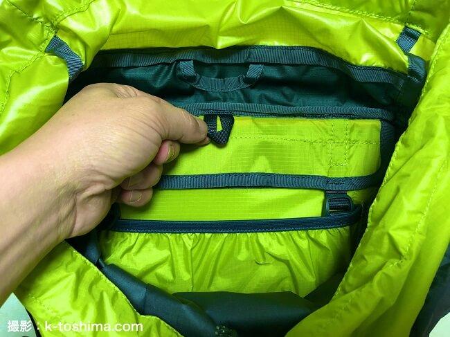 トレールウォーターパックを引っ掛けるバックパック内部のループ