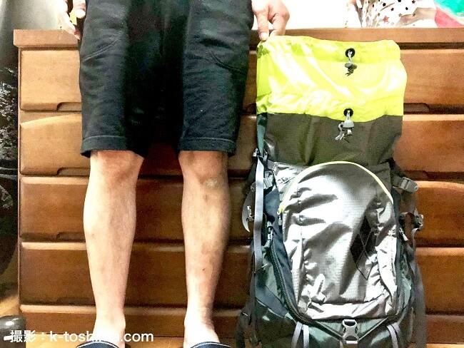 モンベル チャチャパック35と男性の足