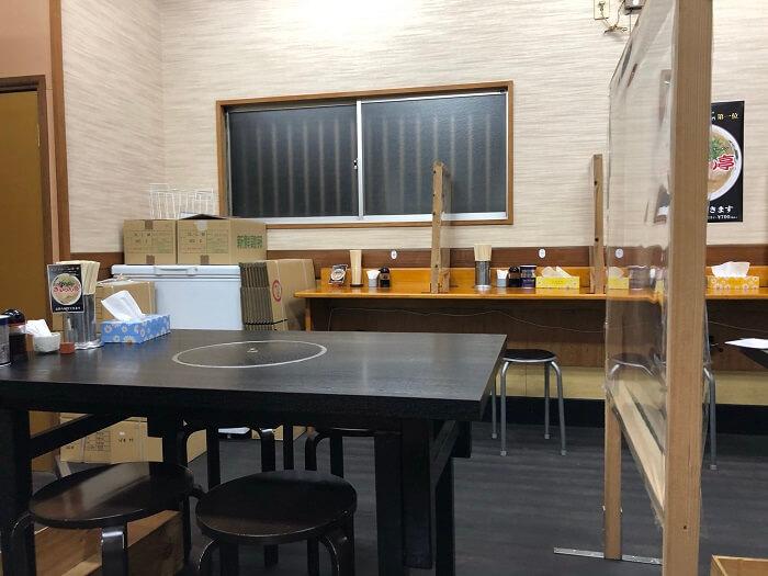 テーブル席とカウンター席