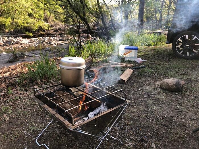 焚き火台と薪