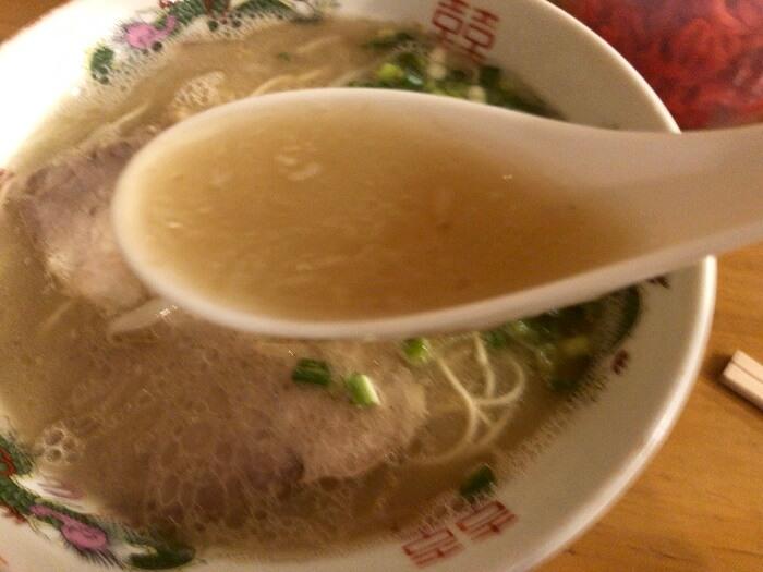 丸和前ラーメンの豚骨スープ