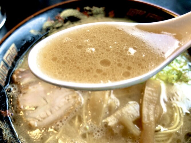 麺屋 ラ賊の豚骨スープ